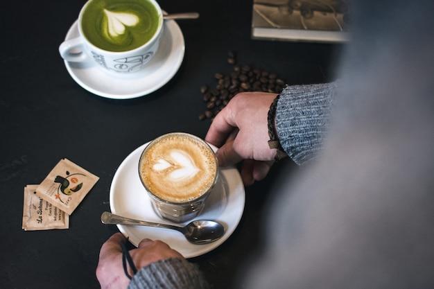 Flaches weiß und matcha latte im café