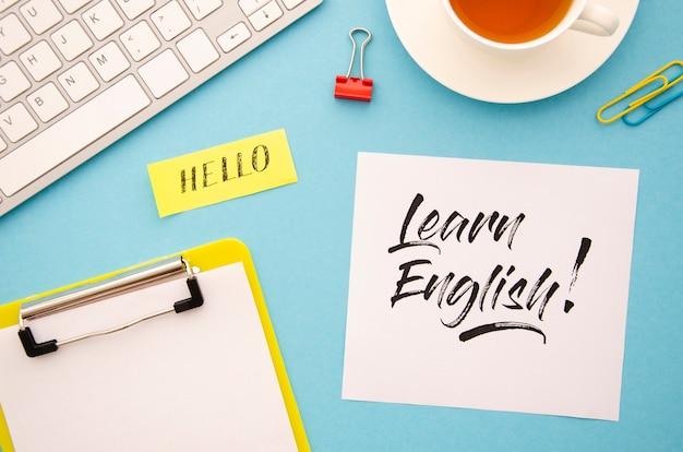 Flachgelegt mit verschiedenen gegenständen zum erlernen einer neuen sprache
