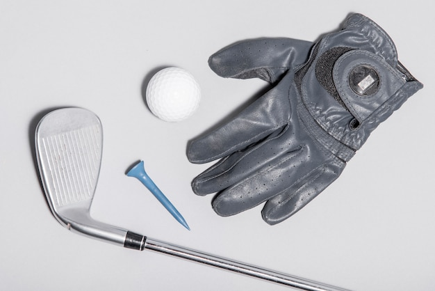Flachgelegte golfausrüstung