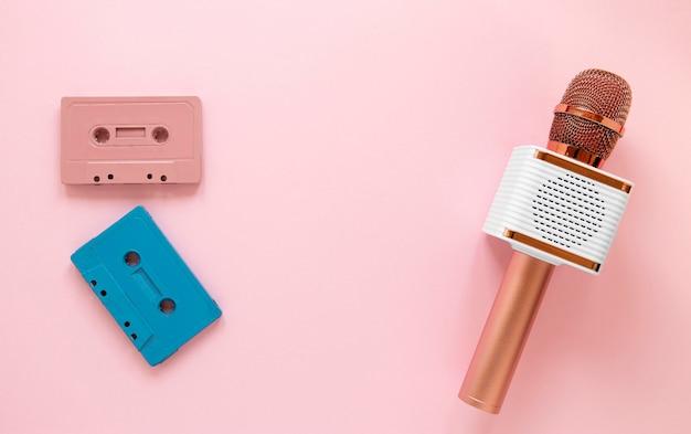 Flachgelegtes mikrofon und kassetten
