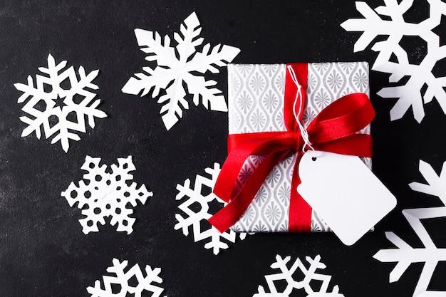 Flachlage eingewickeltes geschenk auf schwarzem hintergrund