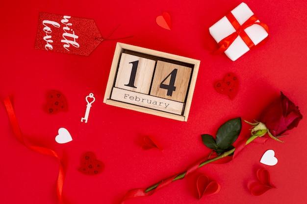 Flachlage mit rose und geschenkschachtel