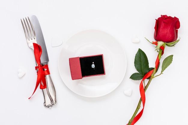 Flachlage mit verlobungsring und rose