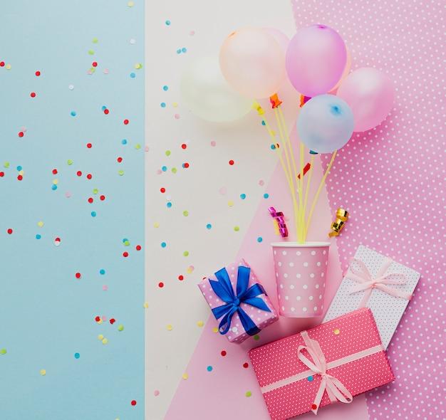 Flachlagensortiment mit luftballons und geschenken