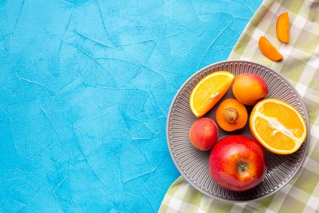 Flachlageplatte von frischen beeren und von früchten mit copyspace