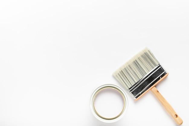 Flachlegerahmen mit breitem pinsel und weißer farbe