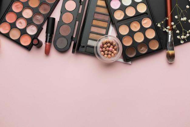 Flachlegerahmen mit lippenstift- und make-up-palette