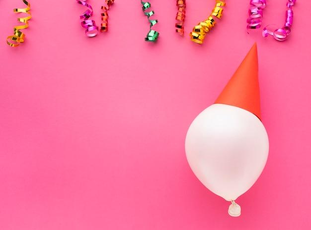 Flachlegerahmen mit luftballon und konfetti