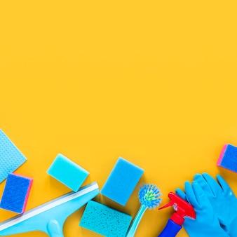 Flachlegerahmen mit reinigungsgegenständen und platz für text