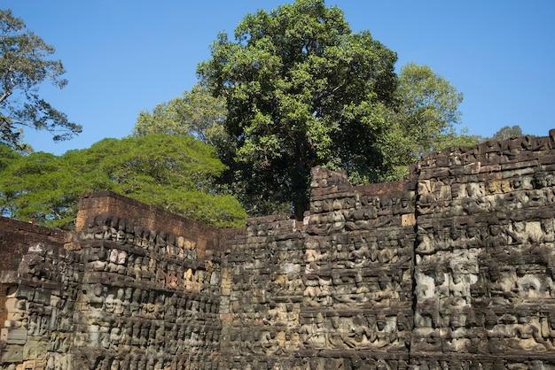 Flachrelief auf terrasse des aussätzig-königs, elefant-terrasse, angkor thom, siem reap, kambodscha