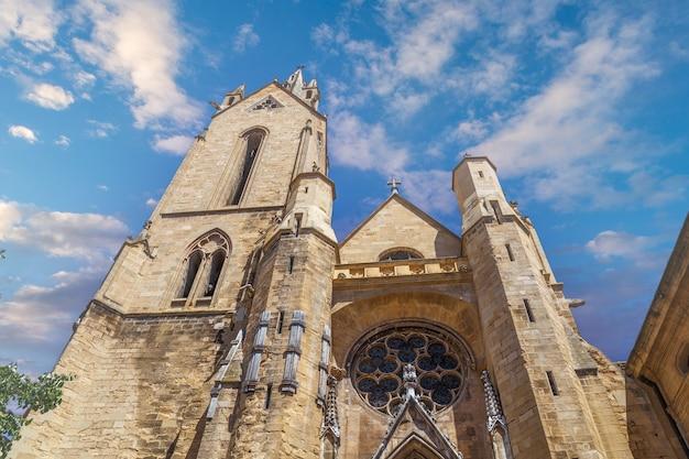 Flachwinkelansicht der katholischen kirche des hl. johannes aus dem 13. jahrhundert in aixenprovence france