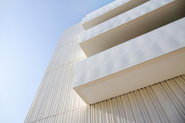 Flachwinkelansicht von balkonen an einer modernen gebäudefassade