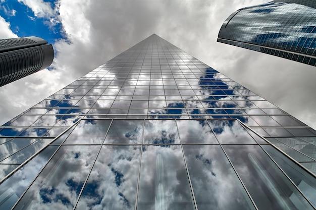 Flachwinkelansicht von wolkenkratzern in madrid
