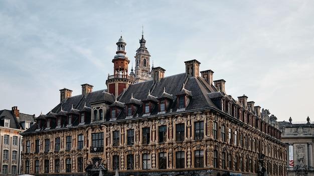 Flachwinkelaufnahme der berühmten vieille-börse in lille in frankreich