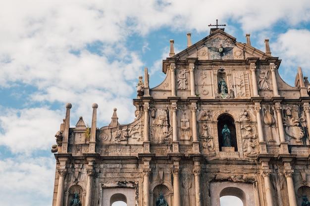 Flachwinkelaufnahme der historischen ruinen von st. paul in macau, china