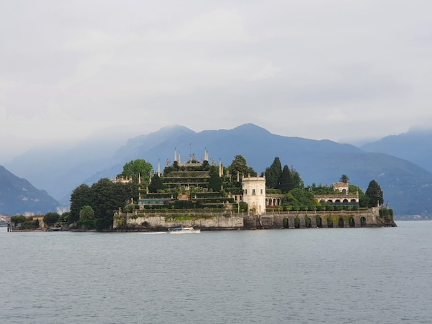 Flachwinkelaufnahme der insel isola bella in italien