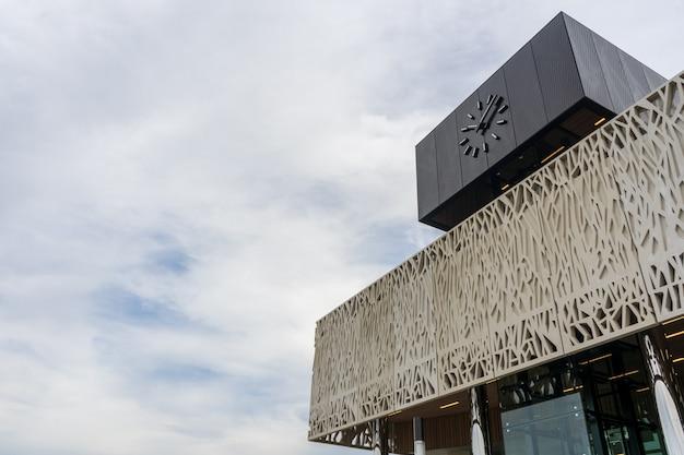 Flachwinkelaufnahme des bahnhofs lansinger land zoetermeer in den niederlanden