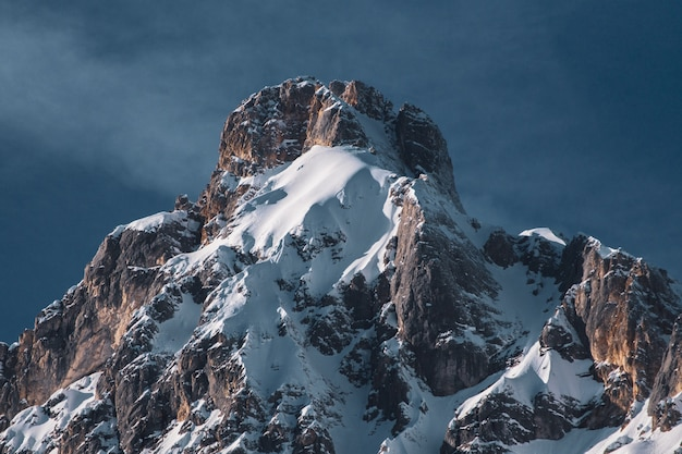 Flachwinkelaufnahme eines teils einer bergkette und eines blauen himmels im winter