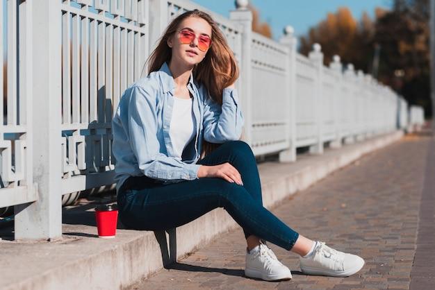 Flachwinkelfrau mit sonnenbrille
