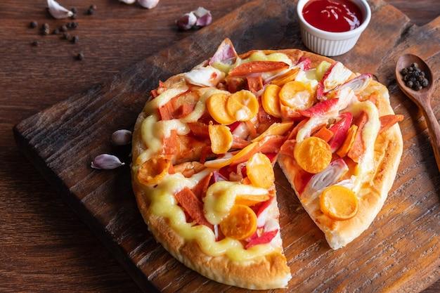 Fladenbrotpizza auf hölzernem pizzaboard