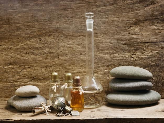 Fläschchen mit parfümölen im alten duftlabor