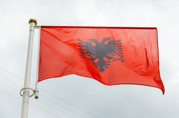 Flagge albaniens bei tageslicht gegen himmel