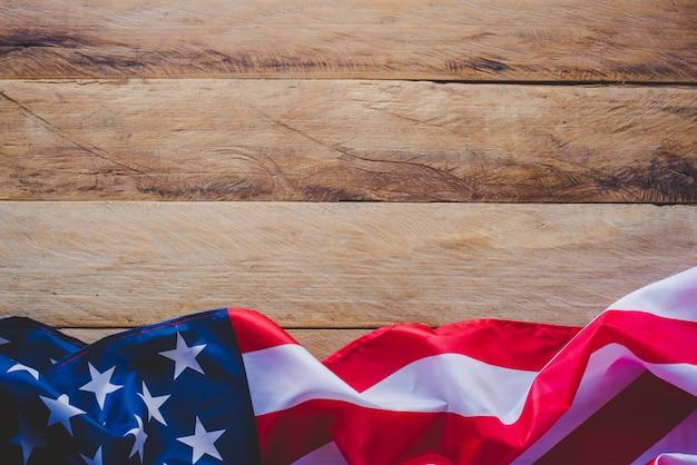 Flagge amerikas legen sie sich auf einen holzboden.