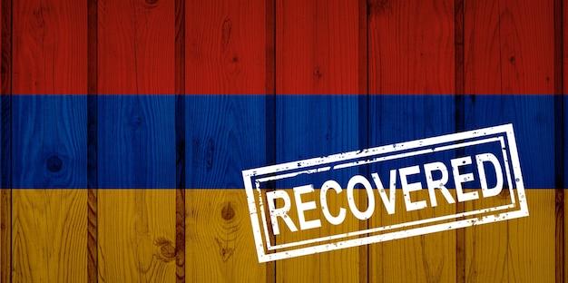 Flagge armeniens, die die infektionen der corona-virus-epidemie oder des coronavirus überlebt oder sich erholt hat. grunge-flagge mit stempel wiederhergestellt