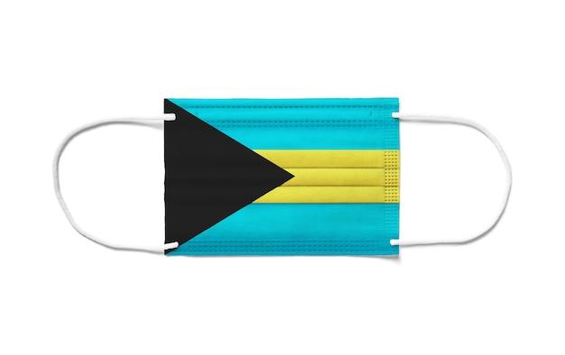 Flagge der bahamas auf einer chirurgischen einwegmaske. weiße oberfläche isoliert