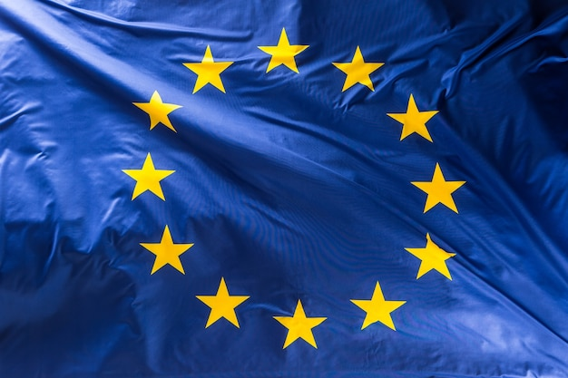 Flagge der europäischen union. eu-flagge weht im wind.