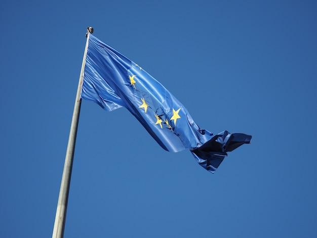 Flagge der europäischen union (eu) über blauem himmel
