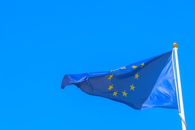 Flagge der europäischen union weht im wind