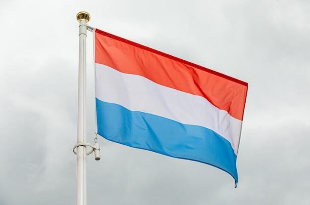 Flagge der niederlande, die in den wind wellenartig bewegen