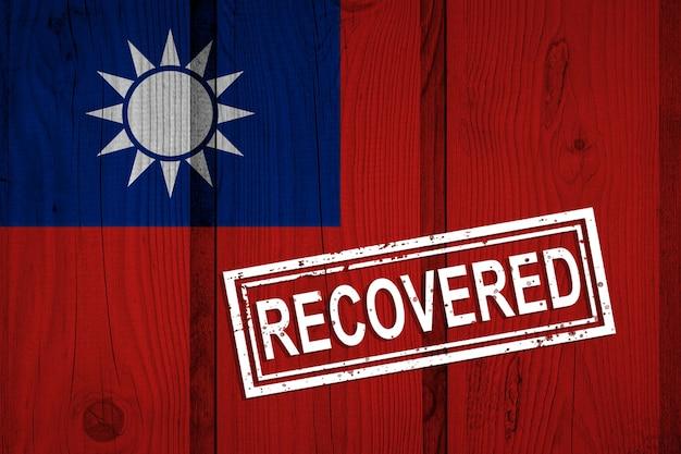 Flagge der republik china, die die infektionen der coronavirus-epidemie oder des coronavirus überlebt oder sich davon erholt hat. grunge-flagge mit stempel wiederhergestellt