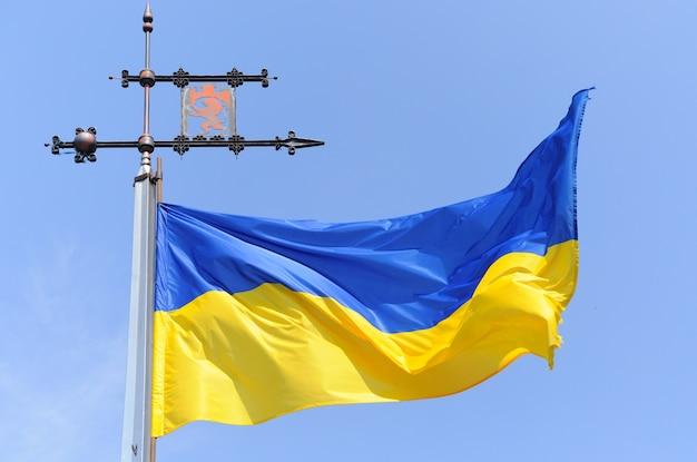 Flagge der ukraine mit einem emblem von lemberg