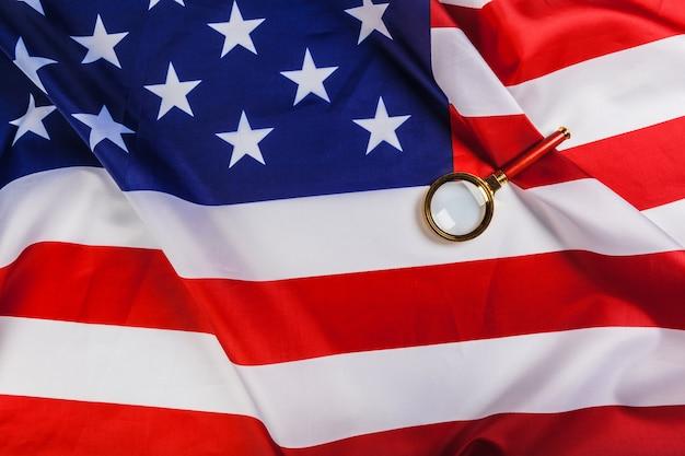Flagge der usa und eine lupe