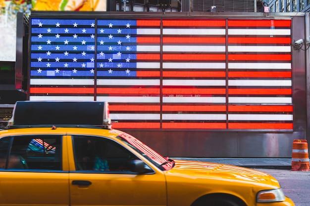Flagge der vereinigten staaten und gelbe taxis
