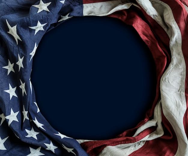 Flagge der vereinigten staaten von amerika auf blauem hintergrund