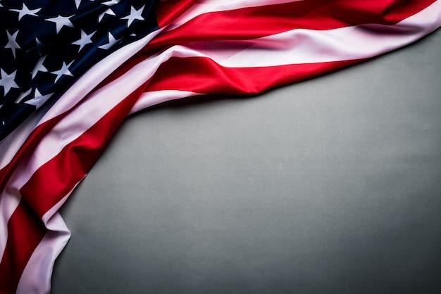 Flagge der vereinigten staaten von amerika auf grau. unabhängigkeitstag usa, denkmal.