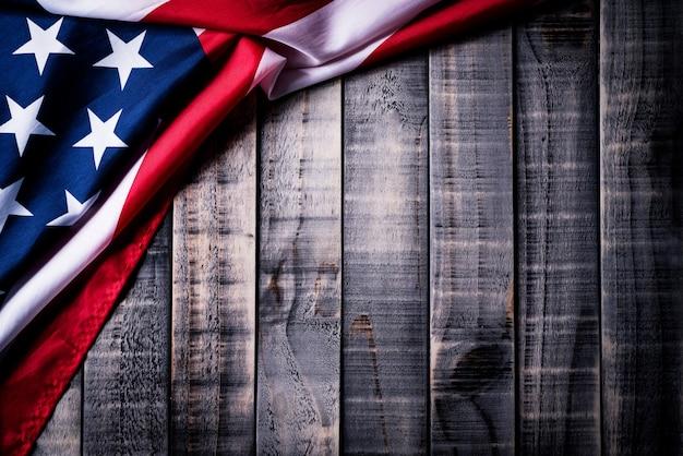 Flagge der vereinigten staaten von amerika auf hölzernem hintergrund. unabhängigkeitstag, denkmal.
