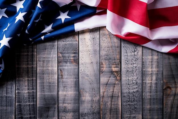 Flagge der vereinigten staaten von amerika auf hölzernem hintergrund