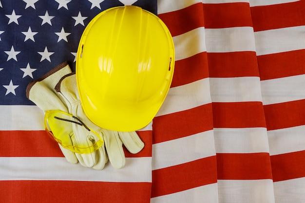 Flagge der vereinigten staaten von happy labor day schild patriotisch auf gelbem helm und handschuhen