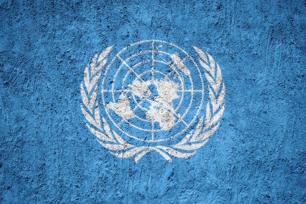 Flagge der vereinten nationen auf grunge-wand gemalt