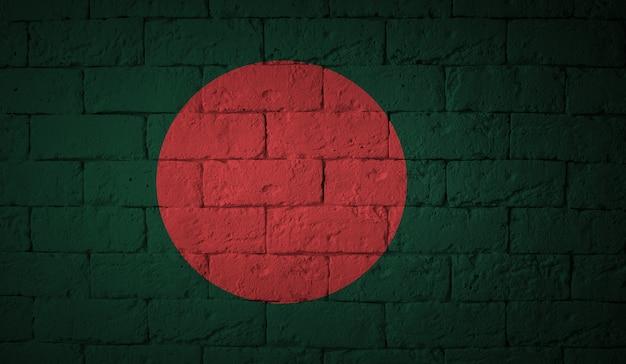 Flagge des bangladesch auf schmutzwandhintergrund. ursprüngliche proportionen