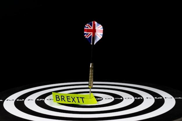 Flagge des britischen pfeilpfeiles, der in der zielmitte der dartscheibe mit text schlägt