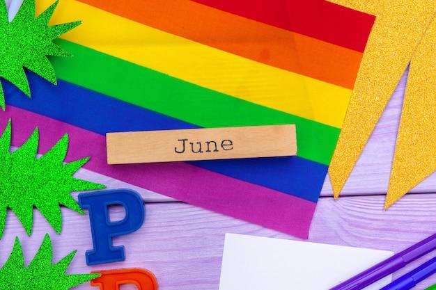 Flagge des homosexuellen stolzes auf holztisch