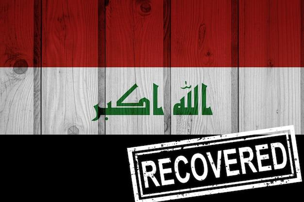 Flagge des irak, die die infektionen der corona-virus-epidemie oder des coronavirus überlebt oder sich erholt hat. grunge-flagge mit stempel wiederhergestellt