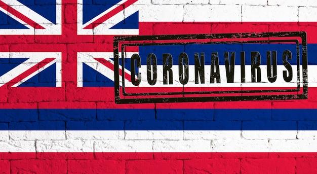 Flagge des staates hawaii gemalt auf grungy backsteinmauerhintergrund. mit stempel coronavirus, idee und konzept der gesundheitsversorgung, epidemie und krankheit in den usa