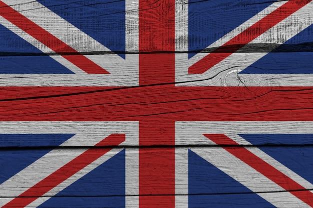 Flagge des vereinigten königreichs auf altem holzbrett gemalt