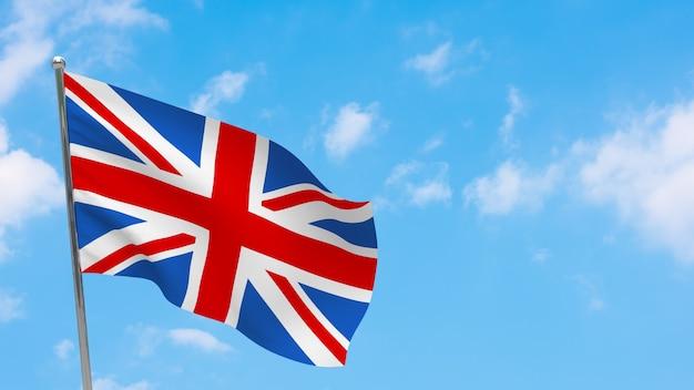 Flagge des vereinigten königreichs auf der pole. blauer himmel. nationalflagge des vereinigten königreichs